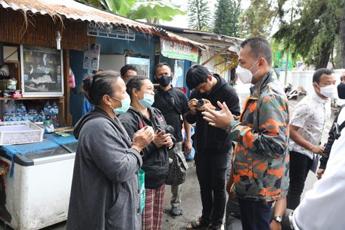 Wakil Gubernur (Wagub) Sumatera Utara (Sumut) Musa Rajekshah menerima aspirasi pedang kios kaki lima yang berjualan tepat di depan Mess Pora Pora T Rizal Nurdin, di Jalan Ihan Pora Pora, Parapat, Kabupaten Simalungun, Rabu (29/9).