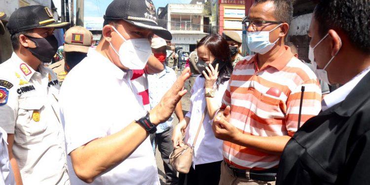 Camat Medan Area, Hendra Asmilan, S.I.P., M.A.P. memimpin penertiban pedagang kali lima (pkl) di Jalan A.R. Hakim Gang Langgar, Rabu (1/9).
