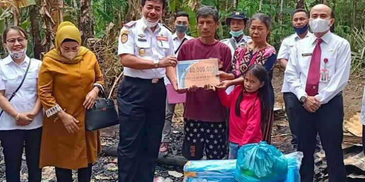Penyerahan Bantuan Kepada Fo'arota Dawolo Di Desa Fadoro Kecamatan Mandehe.