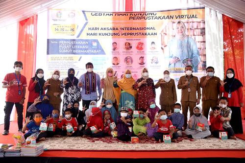 Ketua Gerakan Pemasyarakatan Minat Baca (GPMB) Sumatera Utara Nawal Lubis membacakan cerita kepada anak-anak Sekolah Alam Langit Biru pada kegiatan Gebyar Hari Kunjung Perpustakaan Virtual di Sekolah Alam Langit Biru di Tanjungmorawa, Deliserdang, Selasa (14/9).