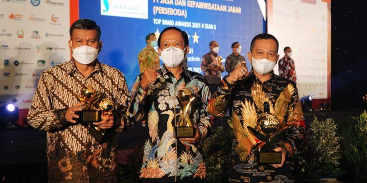 Asisten Perekonomian dan Pembangunan Arief S Trinugroho mewakili Gubernur Sumut Edy Rahmayadi menerima penghargaan Top Pembina BUMD 2021 pada  Ajang  TOP BUMD Awards 2021, yang digelar majalah Top Business bersama Institut Otonomi Daerah (i-OTDA) dan Lembaga Kajian Nawacita (LKN) di Dian Ballroom, Hotel Raffles, Jakarta, Jumat (10/9)