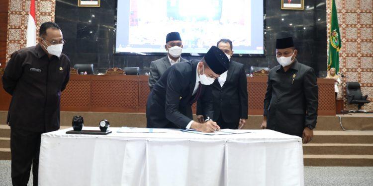 Wakil Gubernur (Wagub) Sumut Musa Rajekshah dan Wakil Ketua DPRD Sumut Rahmansyah Sibarani menandatangani Nota Kesepakatan Perubahan Kebijakan Umum APBD Tahun 2021 , dalam Rapat Paripurna di Gedung DPRD Sumut Jalan Imam Bonjol, Medan, Rabu (1/9)
