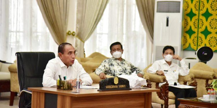 Gubernur Sumut Edy Rahmayadi didampingi Sekretaris Satuan Tugas (Satgas) Penanganan Covid-19 Sumut Arsyad Lubis, mengikuti rapat evaluasi penanganan Covid-19 di Sumut,  secara virtual di Rumah Dinas Gubernur Sumut, Jalan Jenderal Sudirman Nomor 41 Medan, baru-baru ini.