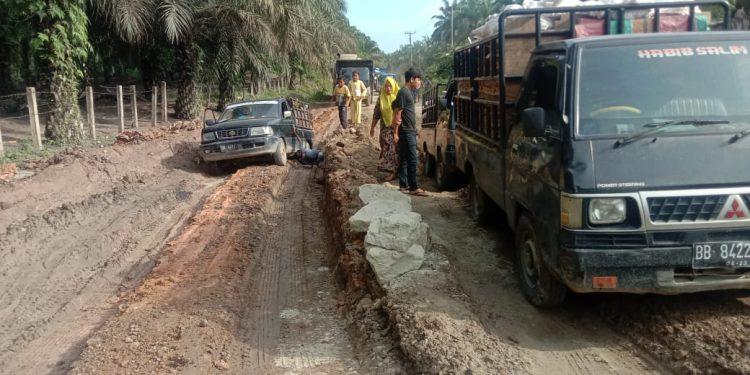 Foto : Sebagaian ruas jalan lintas simpang bragas-Simangambat rusak parah minggu (3/10)